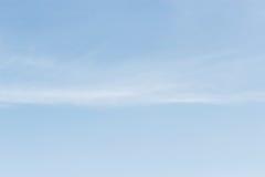 Fördunklar tömmer mjuk vit för blå himmel mot bakgrund för blå himmel och Fotografering för Bildbyråer