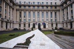 Före dettacentralkommittébyggnad i Bucharest som är romani Royaltyfria Bilder