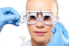 Förebyggande behandling av vindögdheten, val av korrigerande linser Arkivfoto