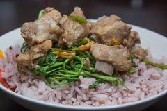 Föredragande stekte ris- och grisköttstöd Royaltyfri Bild