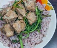 Föredragande stekte ris- och grisköttstöd Royaltyfria Bilder