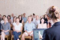 Föreläsare som ger anförande under konferens Arkivbild