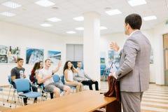 Föreläsare som talar på en bakgrund för konferensrum affärspartnerskapbegrepp kopiera avstånd royaltyfri foto