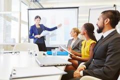 Föreläsning för seminarium för affärskvinnainnehavaffär royaltyfri bild