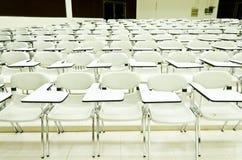 Föreläsningsskrivbord i universitetar Royaltyfri Fotografi