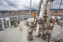 Fören av brädet av det Greenpeace Raimbow Worrior fartyget som ankras i portogen Genua, Italien royaltyfri fotografi