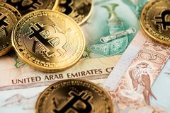 Förenade Arabemiraten valuta med guld- Bitcoin Cryptocurrency royaltyfri fotografi