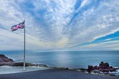Förenade kungariket flagga på kanten av en klippa fotografering för bildbyråer