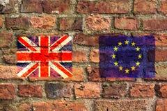 Förenade kungariket Union Jack och de europeiska fackliga flaggorna på en tegelstenvägg royaltyfri foto