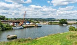 Föreningspunkt av denGloucester kanalen och skärpaskeppsdockorna Flod Severn i bakgrunden arkivbilder
