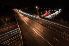 Föreningspunkt 5 av M25en på natten exponering long royaltyfri fotografi