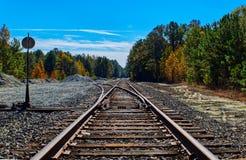Föreningspunkt för glesbygdsområdejärnvägspår royaltyfri bild