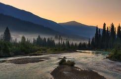 Föreningspunkt för två flod på soluppgång fotografering för bildbyråer