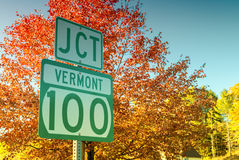 Föreningspunkt 100 i Vermont Berömd lövverkväg Royaltyfri Foto
