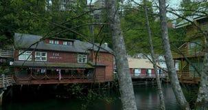 Förenta staterna Alaska, Ketchikan stad, grön liten ström, liten vikgata arkivfilmer