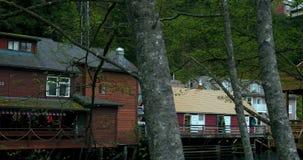 Förenta staterna Alaska, Ketchikan stad, grön liten ström, liten vikgata stock video
