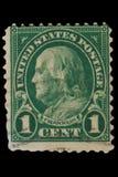 """FÖRENTA STATERNA - CIRCA 20-tal: Tappning USA 1 centportostämpel med ståenden Benjamin Franklin January 17, 1706 †""""April 17, 17 arkivbild"""
