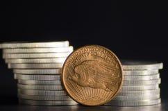 Förenta staterna guld- Eagle Coin Saint-Gaudens i främre silvermynt royaltyfri foto