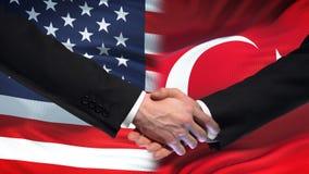 Förenta staterna- och Turkiet handskakning, internationellt kamratskap, flaggabakgrund stock video