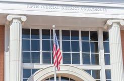 Förenta staterna sjunker flugor på domstolsbyggnaden i helgonet George Utah arkivbilder