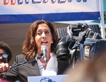 Förenta staterna som senatorn Kamala Harris talar på den Los Angeles-area sjukvården, samlar mot republikanen Trumpcare royaltyfri foto