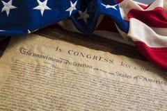 Förenta staternaförklaring av självständighet med tappningflaggan arkivfoto