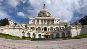 Förenta staternahuvudbyggnad, blå himmel för kongress och vita moln för ljus - bred vinkel för Washington DC fotografering för bildbyråer