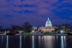 Förenta staternaKapitolium med reflexion på natten, Washington DC royaltyfria foton