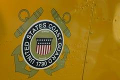 Förenta staternakustbevakninglogo på den militära helikoptern Arkivfoton