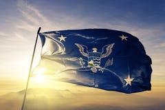 Förenta staternasekreterare av tyg för torkduk för hemlandflaggatextil som vinkar på den bästa soluppgångmistdimman arkivbild