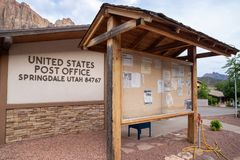 Förenta staternastolpe - kontor USPS i Springdale Utah 84767 arkivbild