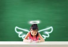 Föreställ av den lilla ängeln som drar hennes dröm- lycka royaltyfria foton