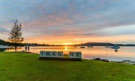 FÖRESTÄLL - Dawn Waterscape över fjärden royaltyfria bilder