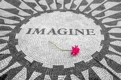 Föreställ för att underteckna in den New York Central Park, John Lennon Memorial Royaltyfri Bild