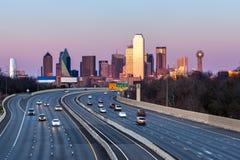 Dallas i stadens centrum horisont i aftonen Arkivfoto