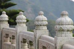 Föreställa av delen av det kinesiska traditionella snida marmorstaket av tempelet stora Buddha. Hong Kong Arkivbilder