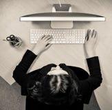 Kvinnan på arbetet förlägger royaltyfria foton