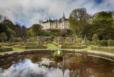 Det Dunrobin slottet och engelska parkerar fjädrar in Royaltyfri Foto