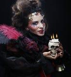 Föreställa en härlig fantasikvinna med skallen stor ljus rollbesättning som kantjusterar den kusliga fördjupade rengöringsduken  Royaltyfri Fotografi