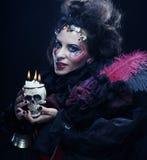 Föreställa en härlig fantasikvinna med skallen stor ljus rollbesättning som kantjusterar den kusliga fördjupade rengöringsduken  Royaltyfri Foto