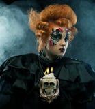 Föreställa en härlig fantasikvinna med skallen stor ljus rollbesättning som kantjusterar den kusliga fördjupade rengöringsduken  Fotografering för Bildbyråer