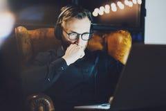 Föreställa för exponeringsglasarbete för den skäggiga mannen det bärande kontoret för vinden moderna Ung stol för bankirsammanträ Arkivbild