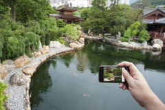 föreställer att ta för smartphone Arkivbild
