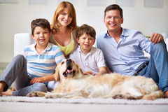 Företag av folk och hunden arkivfoto