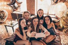Företag av trevliga attraktiva söta flirty charmiga älskvärda älskvärda kvinnliga damer som gör selfie som överför kyssen, i deko arkivbild