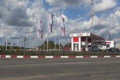 Företag för bensinstation`-Lukoil ` på huvudvägen R7 i staden Totma, Vologda region Arkivfoto