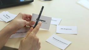 Företag som söker efter formgivaren Personalval Bitande personal och anställd Job Reduction arkivfilmer