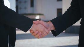 Företagare som skakar händer Handskakning mellan affärsman och affärskvinna utomhus av företagskontor lager videofilmer