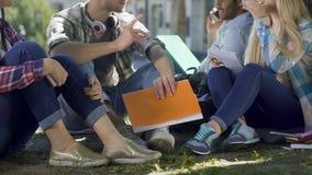 Företaget av groupmates samlade efter grupper som sitter och pratar i ny luft lager videofilmer