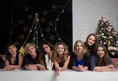 Företaget av nätta flickor möter det nya året royaltyfri foto
